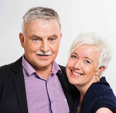 Her smiler Arnvid og kona lykkelige sammen