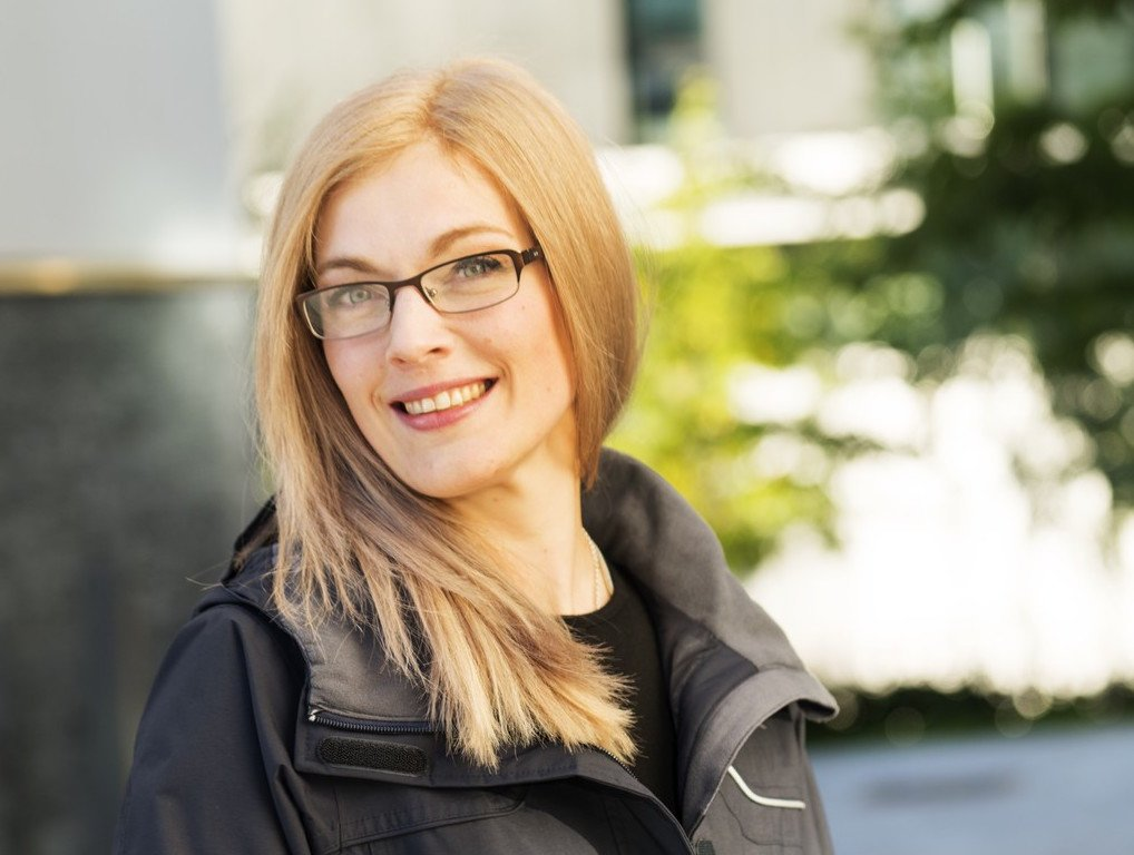 Ung kvinnelig hårmodell med blondt hår og briller