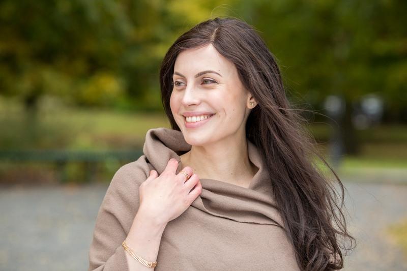Julia bruker spesialdesignet parykk, og varierer mellom ulike stiler.