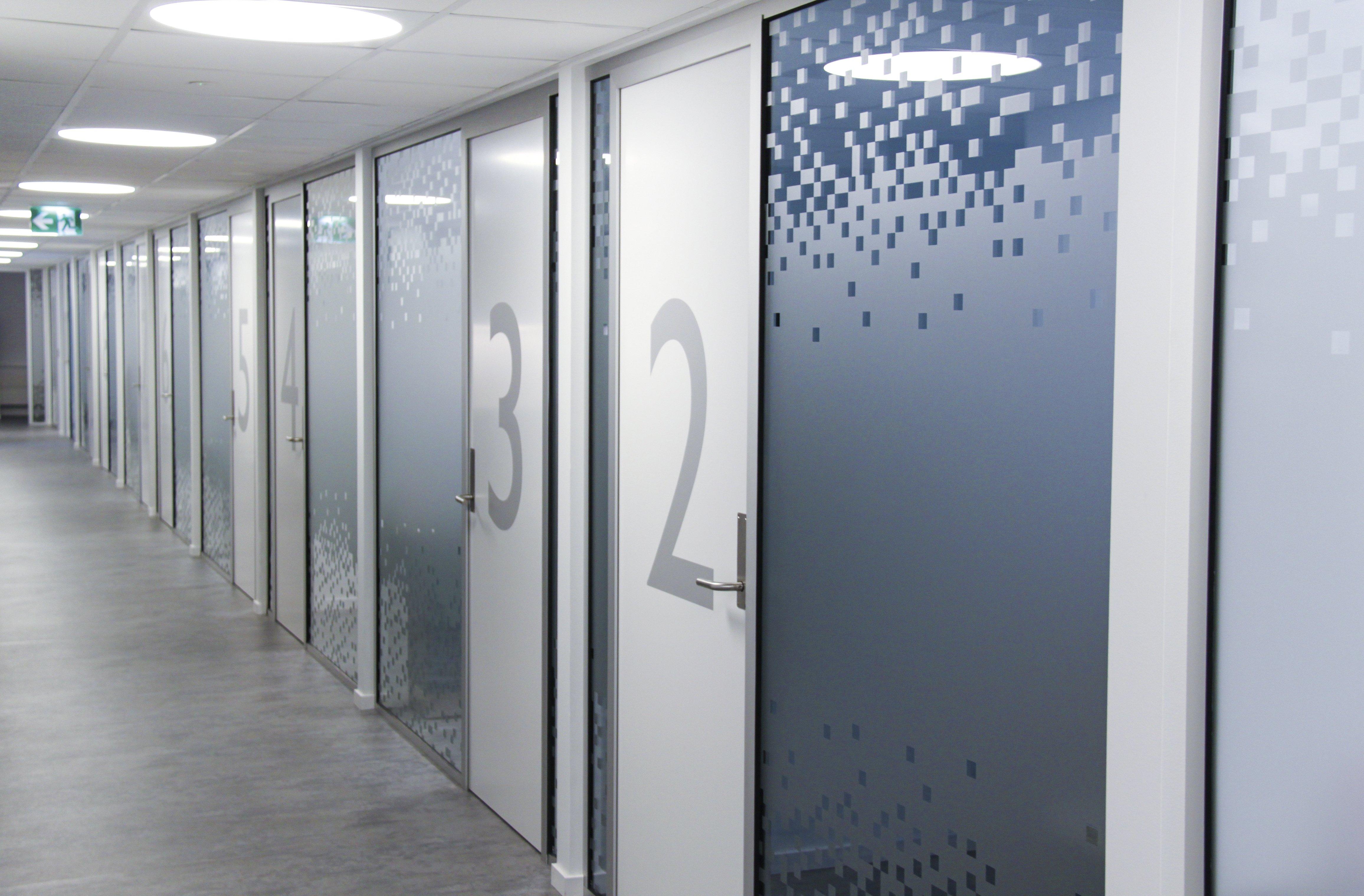 foto som viser avskjermede rom hvor kunder med hårtapsproblemer får hjelp