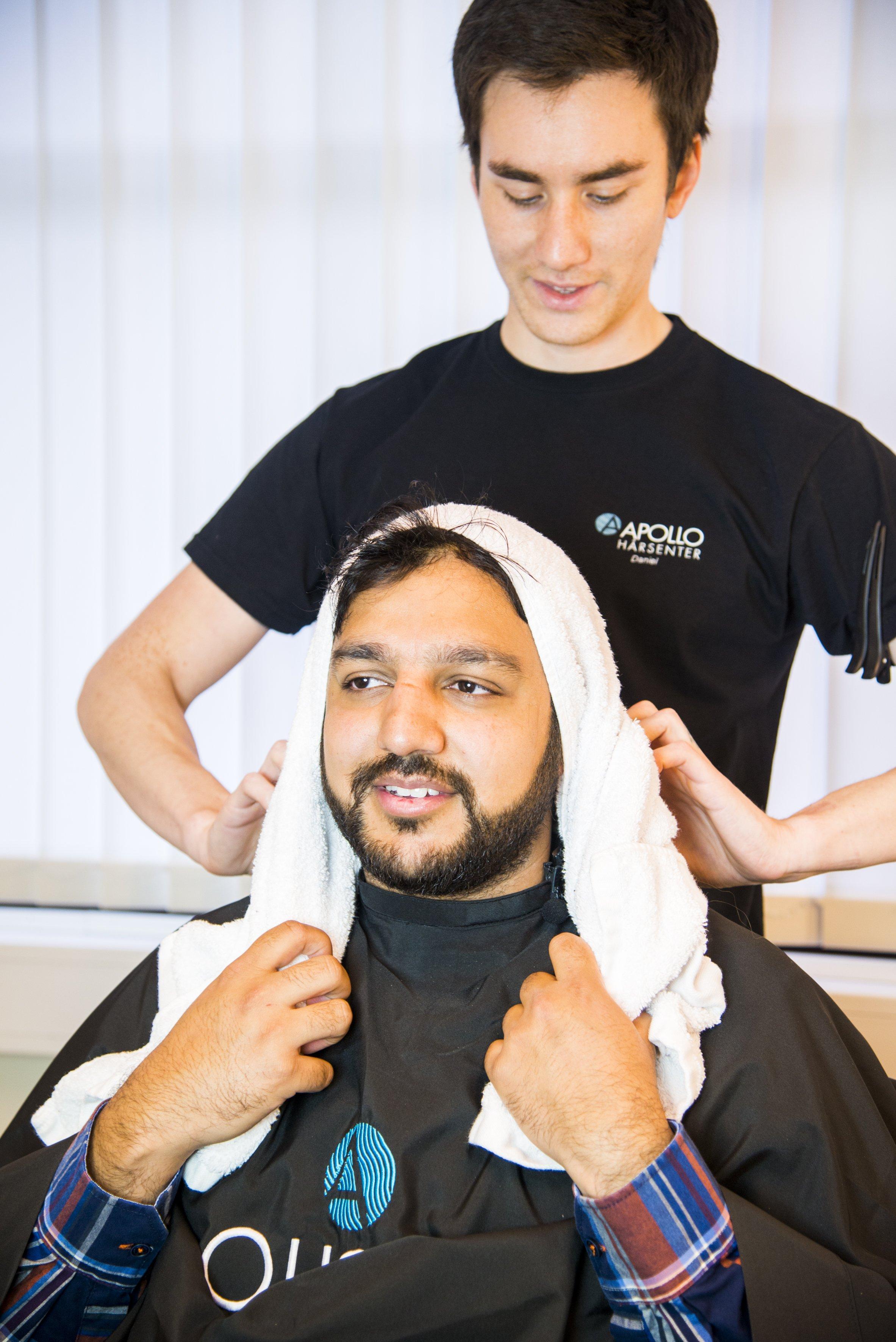 Hassan blir stylet og frisert.