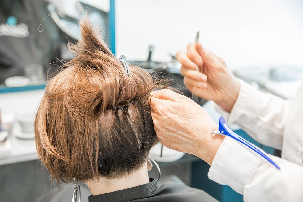 Mister du hår kan du som denne kvinnen med hårtap få montert en hårdel festet i ditt eget hår.