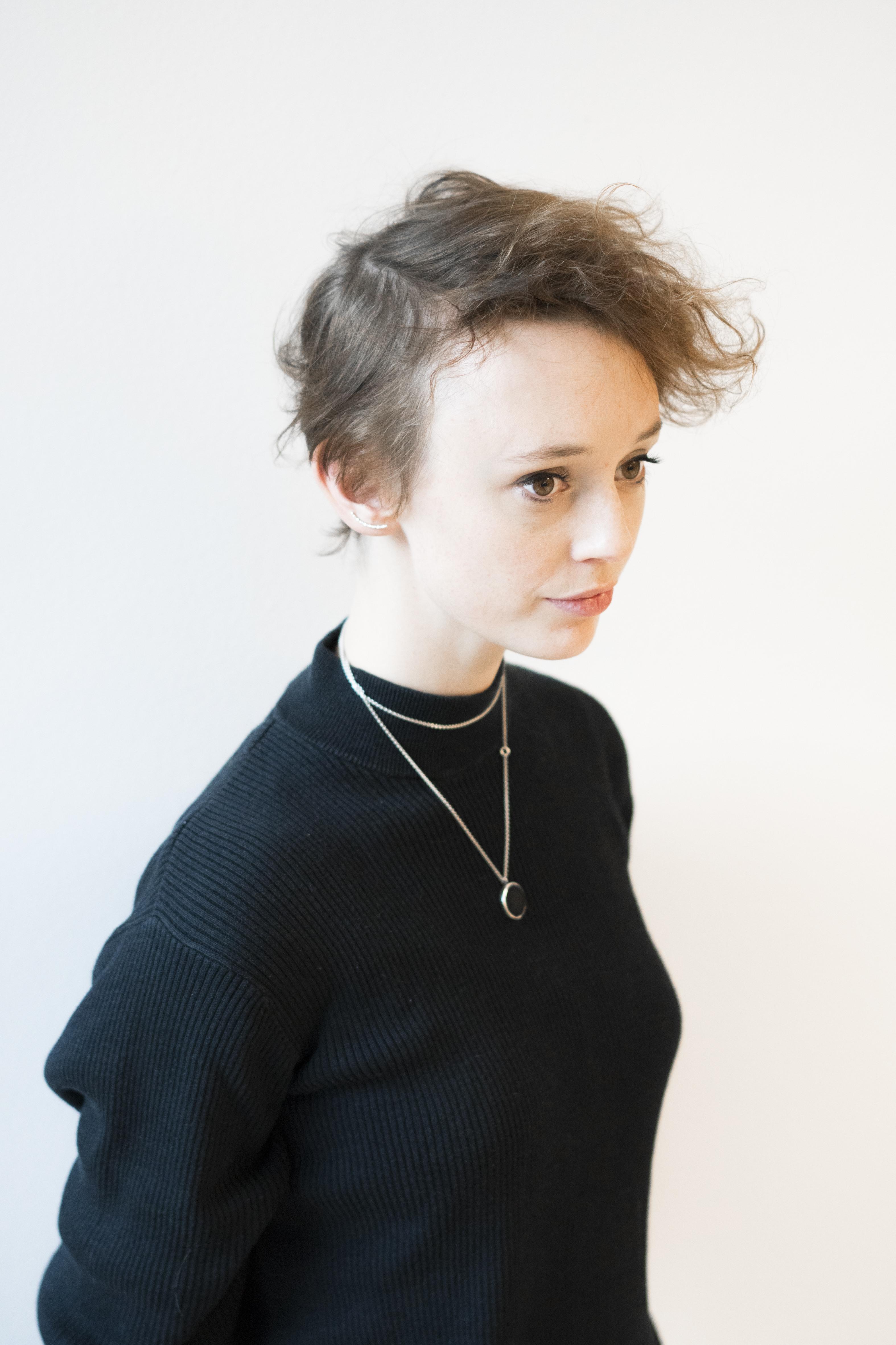 Ung kvinne som er tynn i håret