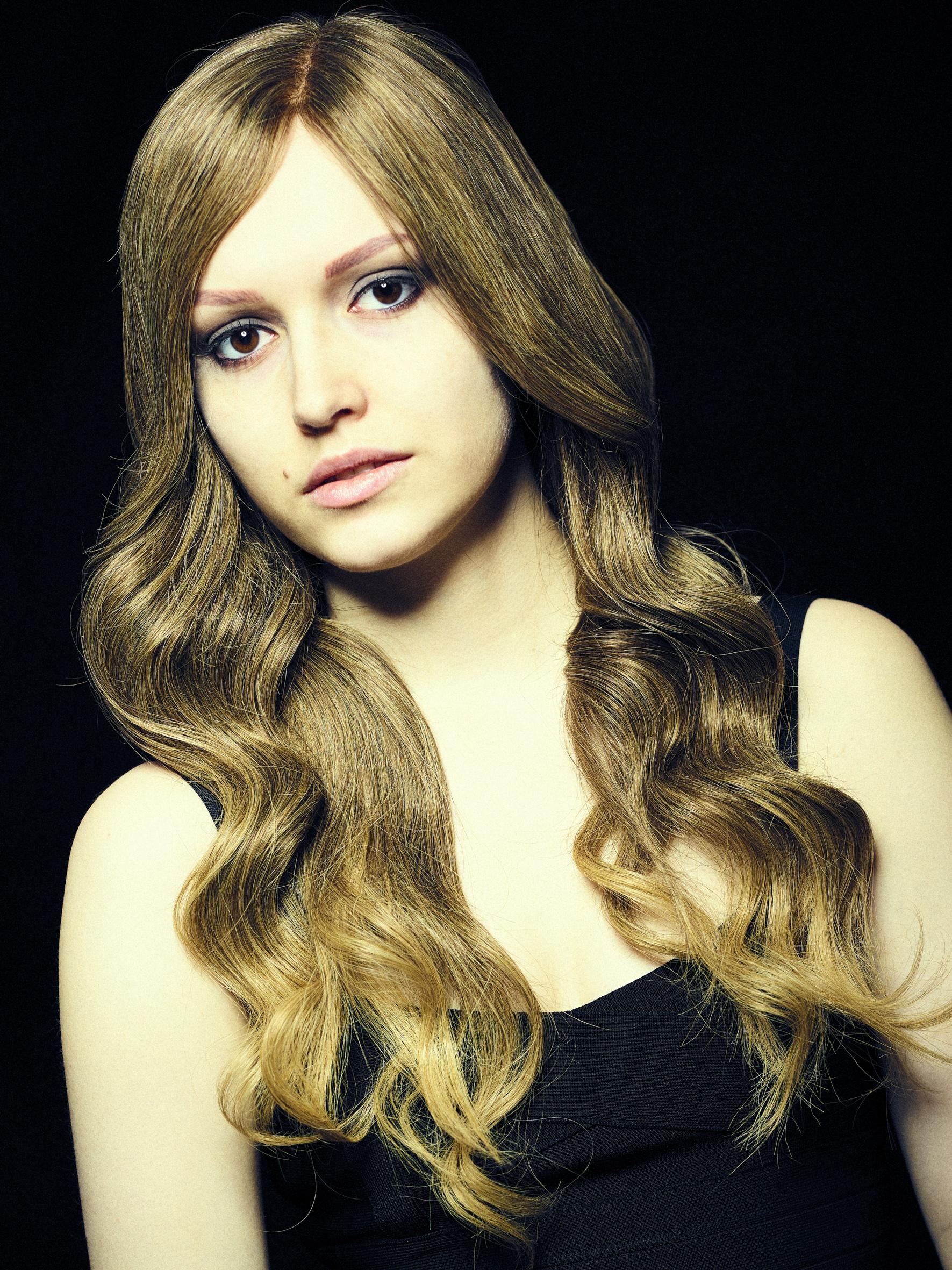 Sofia er modell med alopecia. Her med langt mørkeblond parykk