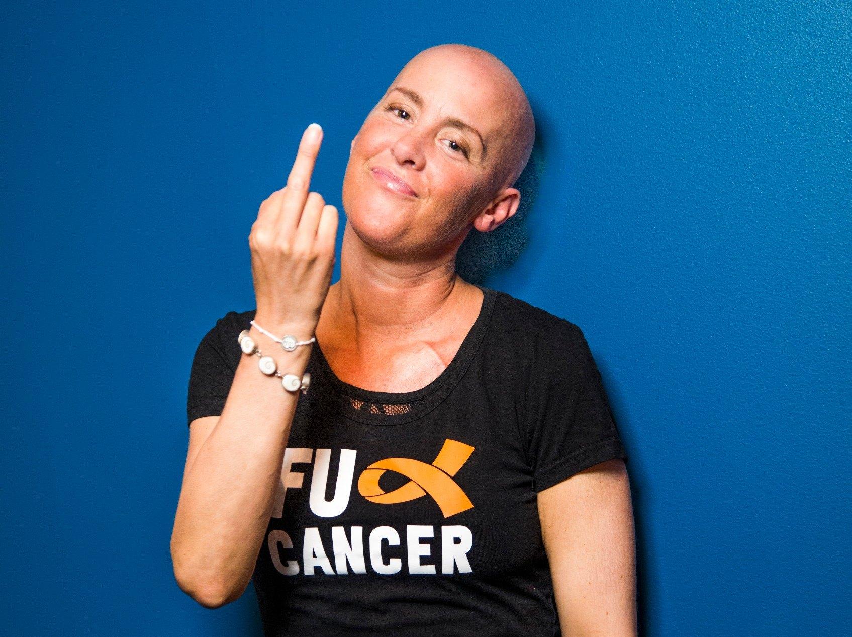 Kvinne viser fingern til kreft