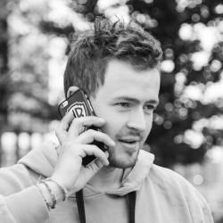 En ung mann som snakker i telefonen