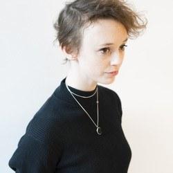 Ung kvinne med tynt hår