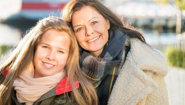 Datter og mor, begge med langt hår. Datteren er rundt 12 år gammel og bruker parykk fordi hun har alopecia.