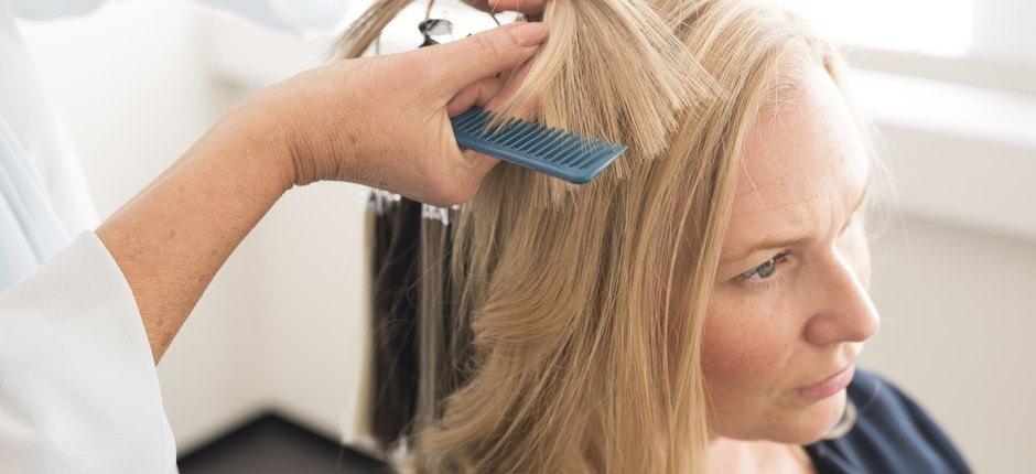 En kunde får matchet riktig hårfarge til sin hårdel.